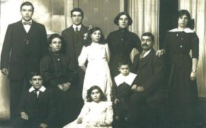 Brooks Family with Sissy (Agnes) on right around 1911comp